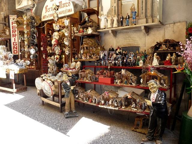 La celebre Via San Gregorio Armeno, un must per chiunque abbia bisogno di comprare un pezzo del presepe