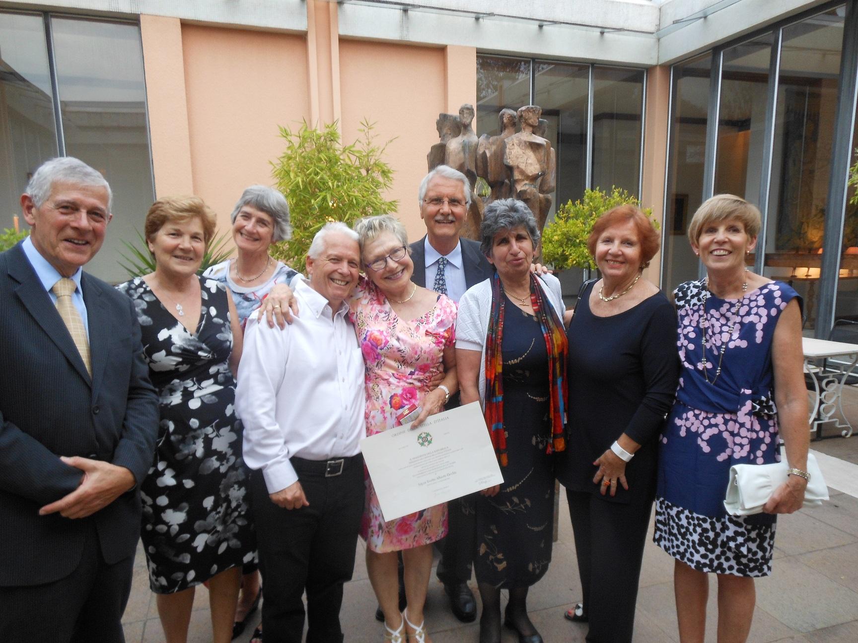 Yvette Devlin con i soci della Dante presenti al rinfresco organizzato dall'Ambasciata d'Italia a Canberra