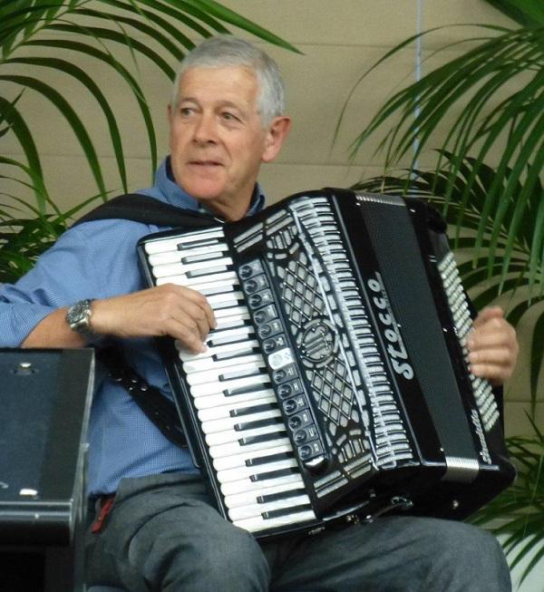 Il tesoriere della Dante Mario Rosi alla fisarmonica